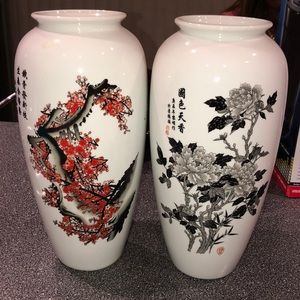 2 vases with foreign writing